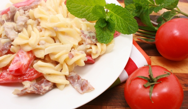 Фусили с чушки, домати и бекон