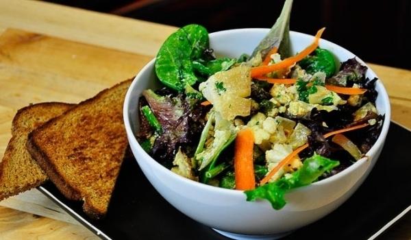 Зелена салата с печени зеленчуци